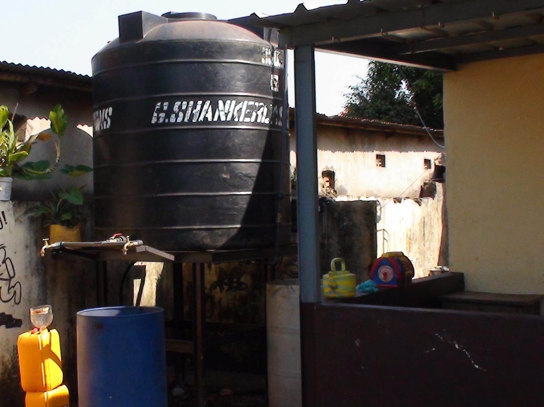 Oktober 2013: von rocConakry finanzierter 3'000 lt-Wassertank (siehe Bericht des Präsidenten für das Jahr 2013, Abs. 3.2.4.)